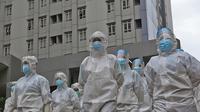 Tenaga Kesehatan dengan pakaian APD terlihat di Rumah Sakit Darurat Wisma Atlet Kemayoran, Jakarta, Selasa (26/1/2021). Hari ini, Selasa (26/1) kasus COVID-19 di Indonesia bertambah 13.094 sehingga total menyentuh angka satu juta, tepatnya 1.012.350. (Liputan6.com/Herman Zakharia)