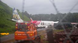 Pesawat Air India Express yang tergelincir dari landasan pacu saat mendarat di bandara di Kozhikode, negara bagian Kerala, India, Sabtu, (8/8/2020). (AP Photo/C.K.Thanseer)