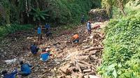 Petugas PUPR Kota Depok melakukan pengangkutan sampah di Kali Baru, Kecamatan Cimanggis. (Foto:Istimewa)