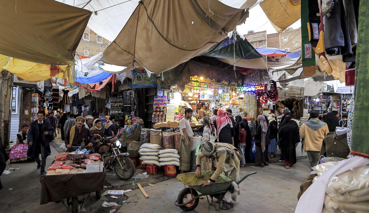 Orang-orang berbelanja buah-buahan dan kacang-kacangan kering di pasar terbuka di ibu kota Yaman, Sanaa (2/5/2021). Umat Muslim di Yaman memenuhi pasar menjelang liburan Idul Fitri yang menandai akhir bulan suci Ramadhan. (AFP/Mohammed Huwais)