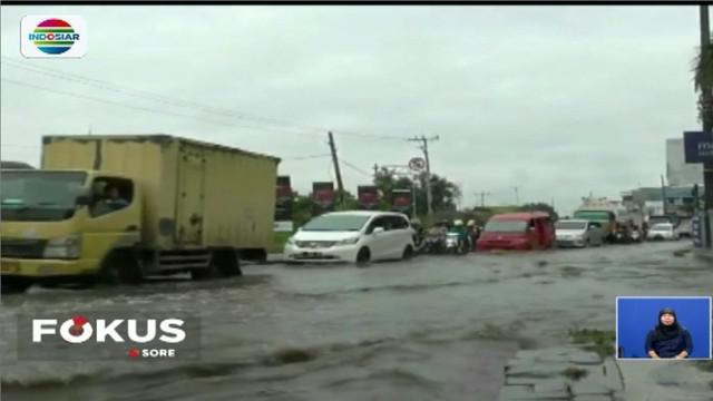 Kemacetan terjadi mulai dari lampu lalu lintas Tiga Raksa hingga Pasar Cikupa. Banjir juga merendam kawasan pertokoan di sekitar Cikupa.
