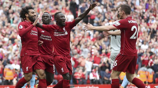 Para pemain Liverpool merayakan gol yang dicetak oleh Mohamed Salah ke gawang West Ham pada laga Premier League di Stadion Anfield, Minggu (12/8/2018). Liverpool menang 4-0 atas West Ham. (AP/David Davies)
