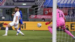 Pemain Italia Ciro Immobile (belakang) mencetak gol ke gawang Republik Ceko pada pertandingan persahabatan internasional di Bologna, Italia, Jumat (4/6/2021). Italia menang 4-0. (AP Photo/Antonio Calanni)