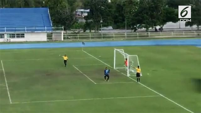Sebuah kejadian unik tersaji dalam pertandingan semifinal Piala Thailand. Laga antara Bangkong Sports vs Satri Angthong.