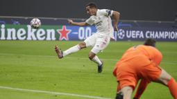 Gelandang Real Madrid, Lucas Vazquez, berusaha mengontrol bola saat menghadapi Inter Milan pada laga lanjutan Liga Champions di Giuseppe Meazza, Kamis (26/11/2020) dini hari WIB. Real Madrid menang 2-0 atas Inter Milan. (AP Photo/Luca Bruno)