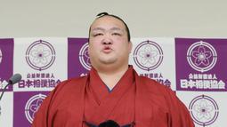 Pemegang predikat grand champion sumo, Kisenosato mengumumkan pensiun dari karirnya di Tokyo, Rabu (16/1). Pengunduran dirinya diumumkan setelah Kisenosato kalah tiga kali berturut-turut dalam turnamen papan atas New Year Grand Sumo. (JIJI PRESS AFP)