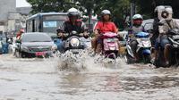 Pengendara menerobos genangan air di sebagian ruas Jalan Jatinegara Barat, Jakarta, Rabu Rabu (1/1/2020). Hujan yang mengguyur Jakarta sejak Selasa sore (31/12/2019) mengakibatkan banjir di sejumlah titik di Jakarta. (Liputan6.com/Helmi Fithriansyah)