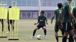 Pemain Timnas Indonesia, Evan Dimas, mengotrol bola saat berlatih di Stadion Pakansari, Bogor, Sabtu (24/8). Latihan ini merupakan persiapan jelang laga kualifikasi Piala Dunia 2020. (Bola.com/Yoppy Renato)
