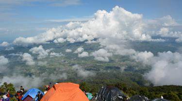 Pemandangan dari cadas Gunung Marapi. (Liputan6.com/ Novia Harlina)