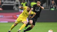 Gelandang Chelsea, Pedro berduel dengan gelandang Eintracht Frankfurt, Makoto Hasebe dalam duel leg pertama semifinal Liga Europa 2018-2019 di Commerzbank-Arena, Jumat (3/5/2019) dini hari WIB. (AFP/Arne Dedert))