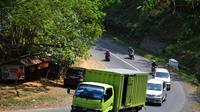 Jalan Nasional Lintas Selatan (JLS) ruas Perkebunan Cikukun, Kecamatan Wanareja, Kabupaten Cilacap, Jawa Barat, diidentifikasi rawan longsor. (Liputan6.com/Muhamad Ridlo S)