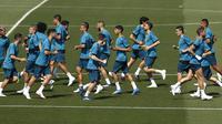 Para pemain Real Madrid saat sesi latihan jelang laga final Liga Champions di Madrid, Selasa (22/5/2018). Real Madrid akan berhadapan dengan Liverpool. (AP/Francisco Seco)