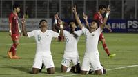 Tiga pemain Timnas Indonesia U-19, Braif Fatari, Bagus Kahfi, dan Bagas Kaffa, bersyukur meraih kemenangan 4-0 atas Hong Kong U-19 dalam laga Grup K Kualifikasi Piala AFC U-19 2020 di Stadion Madya, Jakarta, Jumat (8/11/2019). (Bola.com/Yoppy Renato)