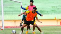 Purwaka dan Beny Wahyudi berebut bola saat latihan Arema Cronus di Stadion Manahan, Solo, Jumat (9/10/2015). (Bola.com/Kevin Setiawan)