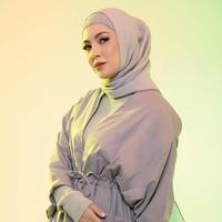 Sejak memutuskan untuk berhijab, si cantik Ratna Galih semakin memukau dan modis dalam berbusana. Gaya hijab yang dikenakannya selalu simple dan kekinian, bahkan menginspirasi para wanita berhijab. (Instagram/ratnagalih)
