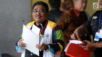 Dirjen Otonomi Daerah Kemendagri, Soni Sumarsono bersiap menjalani pemeriksaan di gedung KPK, Jakarta, Kamis (9/8). Sumarsono menjalani pemeriksaan kasus dugaan suap pengalokasian dan penyaluran dana otonomi khusus Aceh (DOKA). (Merdeka.com/Dwi Narwoko)