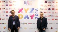 CEO KLY Steve Christian (kiri) dan Deputy CEO KLY Karaniya Dharmasaputra foto bersama di booth XYZ Day 2018, Jakarta, Rabu (25/4). XYZ Day merupakan ajang perkenalan KapanLagi Youniverse. (Liputan6.com/Herman Zakharia)