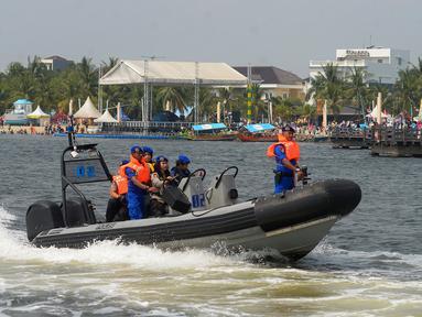 Ditpolair Baharkam Mabes Polri melakukan patroli memburu buaya di Teluk Jakarta, Rabu (17/6). Patroli dilakukan guna mencari buaya yang sempat muncul di Dermaga Pondok Dayung hingga Ancol. (Merdeka.com/Imam Buhori)