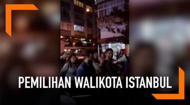 Sejumlah warga Turki ramaikan jalanan kota Istanbul Selasa (7/5) malam. Mereka memprotes rencana pemungutan suara ulang untuk memilih wali kota Istanbul.