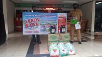 Penyerahan produk SUPERSOL, masker dan hazmat kepada masyarakat setempat. ©SUPERSOL.