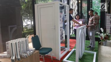 Pengunjung melihat-lihat produk yang dipajang dalam Pameran Industri Plastik dan Karet 2019 di Plaza Pameran Kementerian Perindustrian (Kemenperin), Jakarta, Selasa (9/7/2019). Pameran ini berlangsung pada 9-12 Juli 2019 dengan diikuti 38 pelaku usaha. (Liputan6.com/Angga Yuniar)