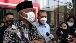 Mantan Ketua KPK, Taufiqurrahman Ruki memberi keterangan sesaat sebelum meninggalkan Gedung Merah Putih KPK, Jakarta, Senin (7/12/2020). Kedatangannya untuk mengikuti diskusi menyusul berlakunya UU No. 19 Tahun 2019 yang menitikberatkan upaya pencegahan korupsi. (Liputan6.com/Helmi Fithriansyah)