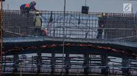 Pekerja konstruksi menyelesaikan pembangunan LRT Jabodebek rute Cawang-Dukuh Atas di Cawang, Jakarta, Jumat (8/3). Kementerian PUPR mengungkapkan ada sejumlah tantangan di sektor jasa konstruksi pada era Revolusi Industri 4.0. (Liputan6.com/Faizal Fanani)