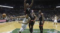 Penggawa Toronto Raptors Serge Ibaka (9) coba menghentikan andalan Milwaukee Bucks Giannis Antetokounmpo pada laga di BMO Harris Bradley Center, Jumat (28/4/2017) pagi WIB. Raptors menang 92-89. (AP Photo/Morry Gash)