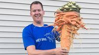 Christopher berhasil memecahkan rekor dunia dengan wortel terbesar yang mempunyai berat 22,44 pon (Guinness World Records)