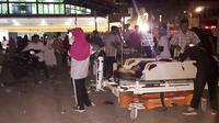 Sejumah perawat, dokter dan pasien berada diluar rumah sakit saat gempa mengguncang Lombok Utara, NTB Minggu malam (5/8). Gempa berada pada titik 8.25 LS, 116.49 BT, atau sekitar 27 km Timur Laut Lombok Utara, NTB. (AFP Photo/Rita Siswati)