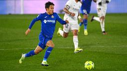Takefusa Kubo (Getafe) - Talenta muda asal Jepang ini sempat mengejutkan dunia sepak bola lantaran direkrut raksasa Spanyol Real Madrid. Melimpahnya stok pemain berkelas di Elreal membuatnya sulit mendapatkan tempat di skuat utama dan lebih banyak dipinjamkan. (AFP/Gabriel Bouys)