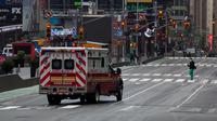 Sebuah ambulans terlihat di Times Square, New York, Amerika Serikat, Senin (27/4/2020). Menurut Center for Systems Science and Engineering di Universitas Johns Hopkins hingga 29 April 2020 pukul 00.55 WIB, jumlah kasus COVID-19 di Amerika Serikat melampaui 1 juta. (Xinhua/Michael Nagle)