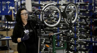 Pekerja merakit sepeda lipat Brompton di pabrik Brompton di London, Inggris, 24 November 2020. Nasib industri sepeda Brompton semakin tidak menentu di tengah ketidakpastian Brexit, persaingan baru yang tak terduga dari China, dan pandemi COVID-19. (AP Photo/Matt Dunham)