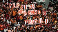 Suporter Persija Jakarta, The Jakmania, memberikan dukungan saat melawan Mitra Kukar pada laga Liga 1 di SUGBK, Jakarta, Minggu (9/12). Persija menang 2-1 atas Mitra. (Bola.com/Yoppy Renato)