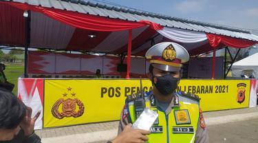 Kepala Unit Registrasi dan Identifikasi Kendaraan Kepolisian Resort Polres Garut Iptu Trias Karso Yuliantoro, tengah memberikan penjelasan kepada awak media ihwal perkembangan penyekatan di pos Kadungora dan Limbangan, Garut, Jawa Barat.
