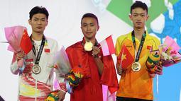 Pemain Indonesia, Sumarandak Ridel alias BenZerRidel (tengah), berfoto saat penyerahan medali nomor Clash Royale eSport Asian Games 2018 di Britama Arena Jakarta, Senin (27/8). Ridel berhasil mempersembahkan medali emas. (ANTARA FOTO/INASGOC/Ady Sesotya)