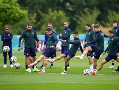 Para pemain Italia berlatih menendang bola selama sesi latihan di tempat latihan Tottenham Hotspur di London, Sabtu (10/7/2021). Italia akan bertanding melawan Inggris pada final Euro 2020 di Stadion Wembley. (AP Photo/Frank Augstein)