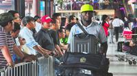 Mantan bek Arema, Thierry Gathuessi, saat di bandara menjalani laga tandang. (Bola.com/Iwan Setiawan)