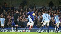 Gelandang Chelsea, Ngolo Kante berusaha mengontrol bola saat bertanding melawan Manchester City pada pertandingan lanjutan Liga Premier Inggris di Stamford Bridge di London (8/12). Chelsea menang 2-0 atas City. (AP Photo/Tim Ireland)