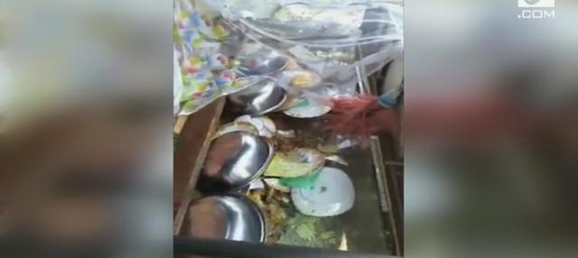 Seorang pria bersama teman-temannya, menghancurkan warung makan milik mantan istri.