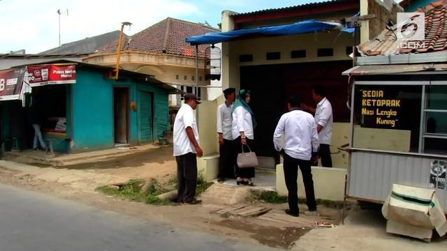 Densus 88 anti teror dan Polda Jabar menggeledah rumah teroris penembak polisi di Tol Kanci-Pejagan polisi menemukan sejumlah buku jihad dan bahan perakit Bom