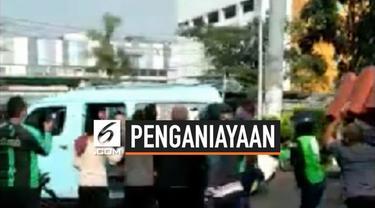 Sejumlah pengemudi ojek online mengeroyok petugas dishub. Pengemudi marah karena penertiban yang dilakukan Dishub Jakarta Pusat.