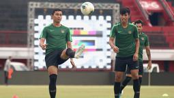 Pemain Timnas Indonesia, Ricky Fajrin, mengontrol bola saat latihan di Stadion I Wayan Dipta, Bali, Senin (14/10). Latihan ini persiapan jelang laga Kualifikasi Piala Dunia 2022 melawan Vietnam. (Bola.com/Aditya Wany)