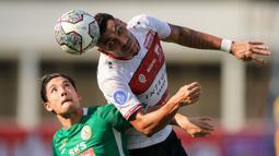 Bek Madura United, Jaime Xavier (kanan) menghalau bola diudara dibayangi oleh pemain PSS, Kim Kurniawan saat pertandingan BRI Liga 1 2021/2022 di Stadion Madya, Jakarta, Sabtu (25/09/2021). (Bola.com/Bagaskara Lazuardi)