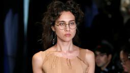 Model mengenakan busana koleksi Spring/Summer 2017 karya desainer Denmark Anne Sofie Madsen selama Fashion Week di Paris (28/9). (REUTERS/Charles Platiau)