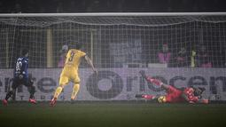 Kiper Juventus, Gianluigi Buffon mengagalkan tendangan penalti pemain Atalanta, Alejandro Dario Gomez pada laga leg pertama semifinal Coppa Italia kontra Juventus di Atleti Azzurri d'Italia, Rabu (31/1). Juventus menang tipis 1-0 (MARCO BERTORELLO/AFP)