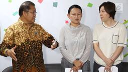 Menkominfo Rudiantara (kiri) bersama SVP Bytedance Zhen Liu (tengah) serta SVP dan CEO Tik Tok Kelly Zhang (kanan) memberi keterangan di Jakarta, Rabu (4/7). Kominfo memberikan syarat bagi Tik Tok beroperasi di Indonesia. (Liputan6.com/Immanuel Antonius)