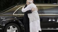 Presiden Vladimir Putin berpelukan dengan Perdana Menteri Narendra Modi dalam kunjungan Rusia selama dua hari di India (AP/Mikail Metzel)