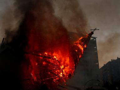 Kubah gereja Asuncion runtuh setelah diserang dan dibakar saat puluhan ribu orang berunjuk rasa di Kota Santiago, Chile, Minggu (18/10/2020). Demonstrasi itu digelar untuk memperingati satu tahun protes besar menuntut kesetaraan di Chile. (AP Photo/Luis Hidalgo)