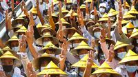 Pengunjuk rasa antikudeta memberikan penghormatan tiga jari selama demonstrasi dekat Stasiun Kereta Api Mandalay di Mandalay, Myanmar, Senin (22/2/2021. Sejak kudeta pada 1 Februari 2021, masyarakat Myanmar masih terus menggelar protes. (AP Photo)